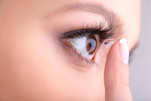 Wearing Contact Lense